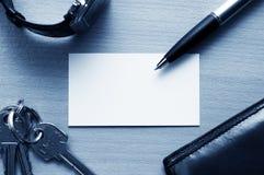 Tarjeta en blanco en lugar de trabajo del asunto Fotografía de archivo