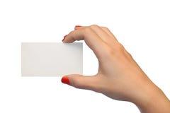Tarjeta en blanco en mano de la mujer Imagenes de archivo