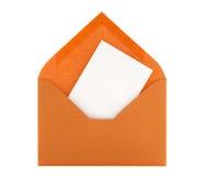 Tarjeta en blanco en sobre anaranjado Fotos de archivo libres de regalías