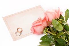 Tarjeta en blanco para la enhorabuena con las rosas y el anillo Imágenes de archivo libres de regalías