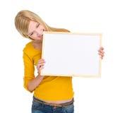 Tarjeta en blanco penetrante de la muchacha enojada del estudiante Fotografía de archivo libre de regalías
