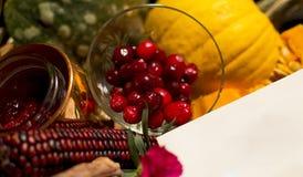 Tarjeta en blanco que se sienta en Autumn Harvest Gift Basket Card Foto de archivo libre de regalías