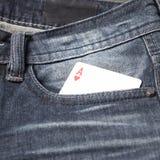 Tarjeta en bolsillo de la mezclilla Fotografía de archivo libre de regalías