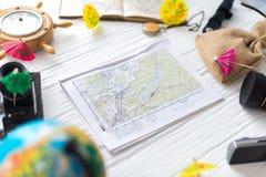 Tarjeta en el fondo de madera blanco Accesorios del ` s del viajero Fotos de archivo
