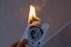 Tarjeta en el fuego imagen de archivo