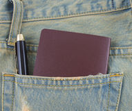 Tarjeta en un bolsillo trasero de vaqueros del dril de algodón como fondo Fotos de archivo libres de regalías
