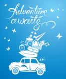 Tarjeta estacional con el coche retro pequeño y lindo del viaje con equipaje Foto de archivo libre de regalías