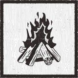 Tarjeta exhausta de la mano del fuego del campo Estilo monocromático del vintage con la hoguera Cartel retro del vector de la acc libre illustration
