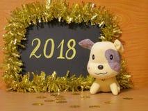 Tarjeta feliz del Año Nuevo 2018 - fotos de la acción del perro amarillo Imagen de archivo libre de regalías