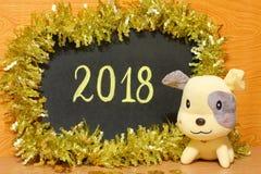 Tarjeta feliz del Año Nuevo 2018 - fotos de la acción del perro amarillo Fotografía de archivo libre de regalías