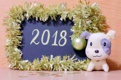 Tarjeta feliz del Año Nuevo 2018 - fotos de la acción del perro amarillo Fotografía de archivo