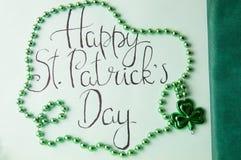 Tarjeta feliz del día de St Patrick y accesorios verdes Imagen de archivo