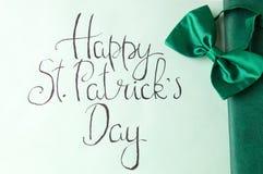 Tarjeta feliz del día de St Patrick y accesorios verdes Fotografía de archivo libre de regalías