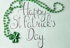 Tarjeta feliz del día de St Patrick y accesorios verdes Foto de archivo libre de regalías