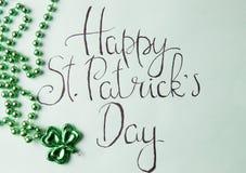 Tarjeta feliz del día de St Patrick y accesorios verdes Fotos de archivo libres de regalías