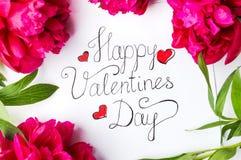 Tarjeta feliz del día de tarjetas del día de San Valentín con las rosas rojas en blanco Foto de archivo libre de regalías