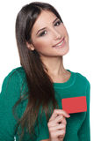 Tarjeta femenina sonriente del crédito en blanco de la demostración Fotos de archivo libres de regalías
