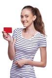 Tarjeta femenina sonriente feliz del crédito en blanco de la demostración Foto de archivo