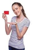 Tarjeta femenina sonriente feliz del crédito en blanco de la demostración Fotos de archivo
