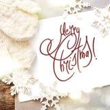 Tarjeta festiva con Feliz Navidad del mensaje aislada en blanco Foto de archivo