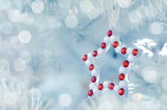 Tarjeta festiva de la Feliz Navidad y de la Feliz Año Nuevo Decoración del árbol de abeto de la Navidad Composición del día de fi Fotos de archivo libres de regalías