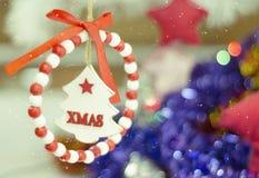 Tarjeta festiva de la Feliz Navidad y de la Feliz Año Nuevo Decoración del árbol de abeto de la Navidad Composición del día de fi Foto de archivo libre de regalías