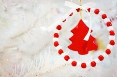 Tarjeta festiva de la Feliz Navidad y de la Feliz Año Nuevo Decoración del árbol de abeto de la Navidad Composición del día de fi Imágenes de archivo libres de regalías