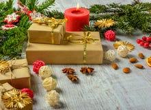 Tarjeta festiva de la Navidad con las ramas del abeto y decoración festiva Foto de archivo libre de regalías