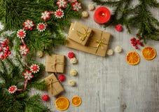 Tarjeta festiva de la Navidad con las ramas del abeto y decoración festiva Imagenes de archivo