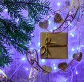 Tarjeta festiva de la Navidad con las ramas del abeto y decoración festiva Imagen de archivo libre de regalías