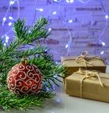 Tarjeta festiva de la Navidad con las ramas del abeto y decoración festiva Foto de archivo