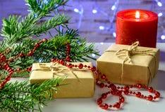 Tarjeta festiva de la Navidad con las ramas del abeto y decoración festiva Fotos de archivo