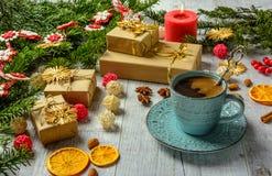 Tarjeta festiva de la Navidad con las ramas del abeto y decoración festiva Imagen de archivo