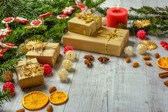 Tarjeta festiva de la Navidad con las ramas del abeto y decoración festiva Fotos de archivo libres de regalías