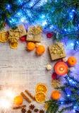 Tarjeta festiva de la Navidad con las ramas del abeto y decoración festiva Fotografía de archivo libre de regalías