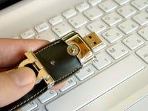 Tarjeta flash en el teclado Imagenes de archivo