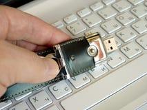 Tarjeta flash en el teclado Imágenes de archivo libres de regalías