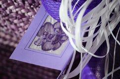 Tarjeta hecha a mano del día de fiesta púrpura, tarjeta de cumpleaños de la Navidad/del regalo, Imagen de archivo libre de regalías