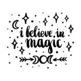 Tarjeta a mano con el ` que creo en ` mágico, estrellas, luna, flechas de la inscripción, dibujadas en tinta en un estilo caligrá stock de ilustración