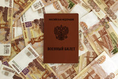 Tarjeta militar rusa en el fondo de billetes de banco Foto de archivo