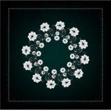 Tarjeta negra con las flores blancas y grises Fotos de archivo libres de regalías