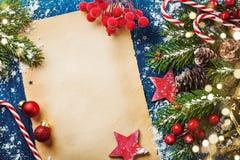 Tarjeta o bandera del día de fiesta de la Feliz Navidad con las ramas nevosas del abeto, los conos y las decoraciones festivas Lu imagen de archivo libre de regalías