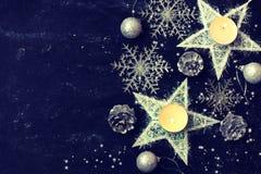 Tarjeta oscura de la noche de la Navidad, decoración del Año Nuevo, estrella, velas Imágenes de archivo libres de regalías