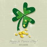 Tarjeta para el día del St Patricks con el trébol y las monedas de oro Fotos de archivo