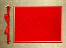 Tarjeta para la invitación con el marco del oro y BO roja Foto de archivo libre de regalías