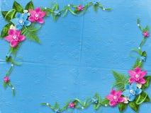 Tarjeta para la invitación con las orquídeas azules y rosadas Imagen de archivo