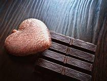 Tarjeta por día del ` s de la tarjeta del día de San Valentín con el corazón y el chocolate Fotografía de archivo libre de regalías