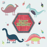 Tarjeta preciosa del feliz cumpleaños en vector Tarjeta inspirada dulce con los dinosaurios y las tortas de la historieta en colo Fotografía de archivo