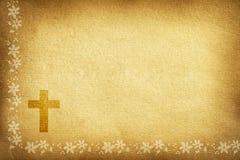 Tarjeta religiosa con las flores y la cruz de la tela imagenes de archivo