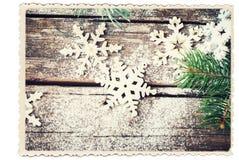 Tarjeta retra aislada en blanco con los copos de nieve decorativos de la Navidad Fotos de archivo libres de regalías